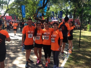 Con mi esposo, mi mamá y mi primita, la new runner de la familia, Araceli Magalí en la carrera de New Balance 2015 (1)